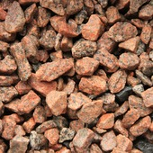 Siersplit graniet rood/zwart 8-16 mm (ca. 20 kg = ca. 15 ltr) (palletvoordeel 63 stuks)