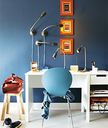 Vijf bureaulampen boven een bureau