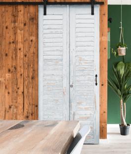 muur van sloophout met schuifdeur maken bekijk het