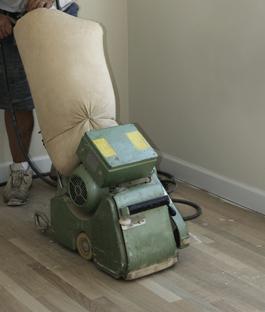 Houten vloer schuren met een parketschuurmachine