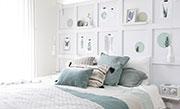 Slaapkamer met vakkenwand